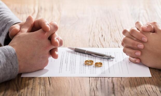 Whar are the Differences Between Contracted and Competitive Divorce?